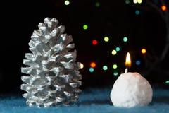 Cono y vela de los decotations del árbol de navidad Fotografía de archivo