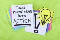 Conocimiento de motivación inspirado de la vuelta de la nota de la frase del éxito empresarial en la acción Imágenes de archivo libres de regalías