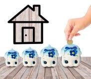 Économie d'argent avec la tirelire et l'icône à la maison Photo libre de droits