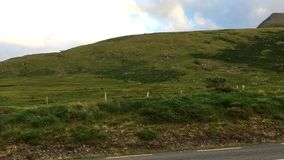 Conor Pass is de hoogste bergpas in Ierland stock videobeelden