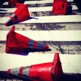 Conos anaranjados sucios en la calle Imagen de archivo libre de regalías