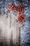 Conos caseros del pino de la decoración en un fondo de madera Imagen de archivo