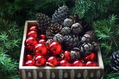 Conos de abeto y bolas de la Navidad Imagenes de archivo