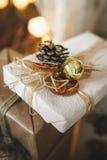 Conos de abeto y regalo del globo Foto de archivo libre de regalías