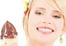 Conos de helado de la fresa, del chocolate, de la vainilla y del pistacho sobre el fondo blanco Fotografía de archivo libre de regalías