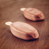Conos de helado de la fresa, del chocolate, de la vainilla y del pistacho sobre el fondo blanco Foto de archivo libre de regalías