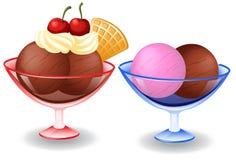 Conos de helado de la fresa, del chocolate, de la vainilla y del pistacho sobre el fondo blanco Imagenes de archivo