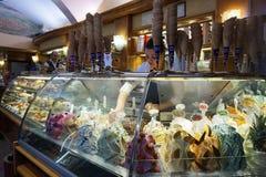Conos de helado de la fresa, del chocolate, de la vainilla y del pistacho sobre el fondo blanco Imagen de archivo libre de regalías