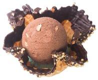 Conos de helado de la fresa, del chocolate, de la vainilla y del pistacho sobre el fondo blanco Cucharada del helado de chocolate Imágenes de archivo libres de regalías