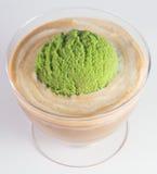 Conos de helado de la fresa, del chocolate, de la vainilla y del pistacho sobre el fondo blanco Cucharada del helado en un fondo Foto de archivo