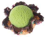 Conos de helado de la fresa, del chocolate, de la vainilla y del pistacho sobre el fondo blanco helado del té verde en un fondo Fotos de archivo libres de regalías