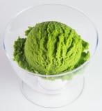 Conos de helado de la fresa, del chocolate, de la vainilla y del pistacho sobre el fondo blanco helado del té verde en un fondo Imagenes de archivo