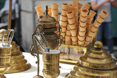 conos de helado de la galleta en el carro del helado en estilo antiguo Fotografía de archivo libre de regalías