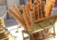 conos de helado dulces de la galleta en el carro del helado Fotografía de archivo