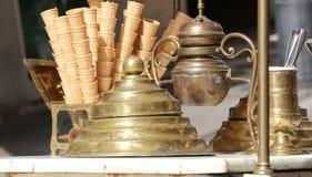 conos de helado en el carro del helado en estilo antiguo Imagen de archivo libre de regalías