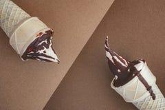 Conos de helado en fondo marrón del chocolate Fotos de archivo