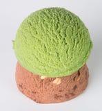 Conos de helado de la fresa, del chocolate, de la vainilla y del pistacho sobre el fondo blanco Cucharada del helado en un fondo Fotos de archivo