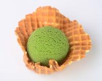 Conos de helado de la fresa, del chocolate, de la vainilla y del pistacho sobre el fondo blanco helado del té verde en un fondo Imágenes de archivo libres de regalías