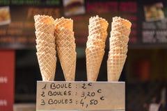 Conos de helado y una etiqueta con los precios del helado escritos en francés, tienda de helado de la calle en el verano Francia Fotografía de archivo libre de regalías