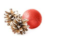 Conos de la bola y del pino de la Navidad imagenes de archivo