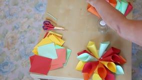 Conos de la flor del papel coloreado almacen de metraje de vídeo