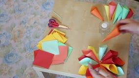 Conos de la flor del papel coloreado almacen de video