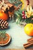 Conos de la Navidad, de la composición del Año Nuevo con las mandarinas, del árbol de abeto y del pino Decoración brillante del d Fotografía de archivo