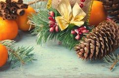 Conos de la Navidad, de la composición del Año Nuevo con las mandarinas, del árbol de abeto y del pino Decoración brillante del d Fotografía de archivo libre de regalías