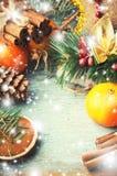 Conos de la Navidad, de la composición del Año Nuevo con las mandarinas, del árbol de abeto y del pino Decoración brillante del d Foto de archivo libre de regalías