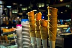 Conos de la oblea y tazas de papel para el helado suave contra Imagen de archivo