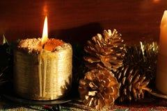 Conos de la vela y del pino de la Navidad Imagenes de archivo