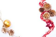 Conos de oro con las bolas de la guirnalda aisladas en blanco Imagen de archivo