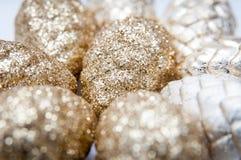 Conos de oro de la Navidad Imagenes de archivo