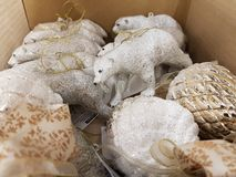 Conos de oro y osos polares en una caja imagen de archivo libre de regalías