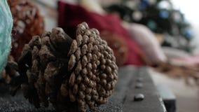 Conos del árbol de navidad de las decoraciones de la Navidad almacen de metraje de vídeo