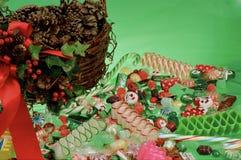 Conos del caramelo, del acebo y del pino de la Navidad Foto de archivo libre de regalías
