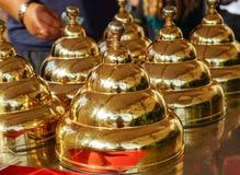 Conos del metal del oro en el lugar de trabajo del vendedor del helado imagen de archivo