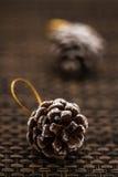 Conos del pino como los juguetes y decoraciones de la Navidad Imagen de archivo