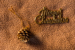 Conos del pino con la palabra en tela, aún vida de la Feliz Navidad Foto de archivo