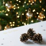 Conos del pino del árbol de navidad del oro Imagen de archivo libre de regalías