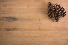 Conos del pino en bloque de carnicero Fotos de archivo libres de regalías