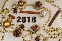 2018, conos del pino, palillos de canela, anís de estrella, chucherías y perla Imagenes de archivo
