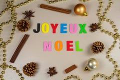 Conos del pino, palillos de canela, anís de estrella, malla de la perla y feliz Fotos de archivo libres de regalías
