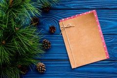 Conos del pino para adornar el árbol de navidad para la celebración del Año Nuevo con las ramas y el cuaderno de árbol de la piel Fotografía de archivo libre de regalías