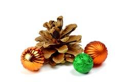 Conos del pino y esferas coloreadas / Aislado en blanco/ Fotografía de archivo