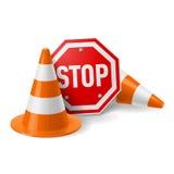 Conos del tráfico y muestra roja de la parada Foto de archivo