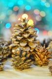 Conos en fondo de las luces de la Navidad del bokeh Fotos de archivo libres de regalías