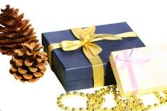 Conos, rectángulos de regalo y granos aislados de la decoración Fotografía de archivo
