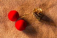 Conos rojos del pino de la bola el de la tela todavía de la Navidad vida Imagen de archivo libre de regalías