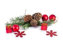 Conos y agujas del pino con la decoración de la Navidad Fotografía de archivo libre de regalías
